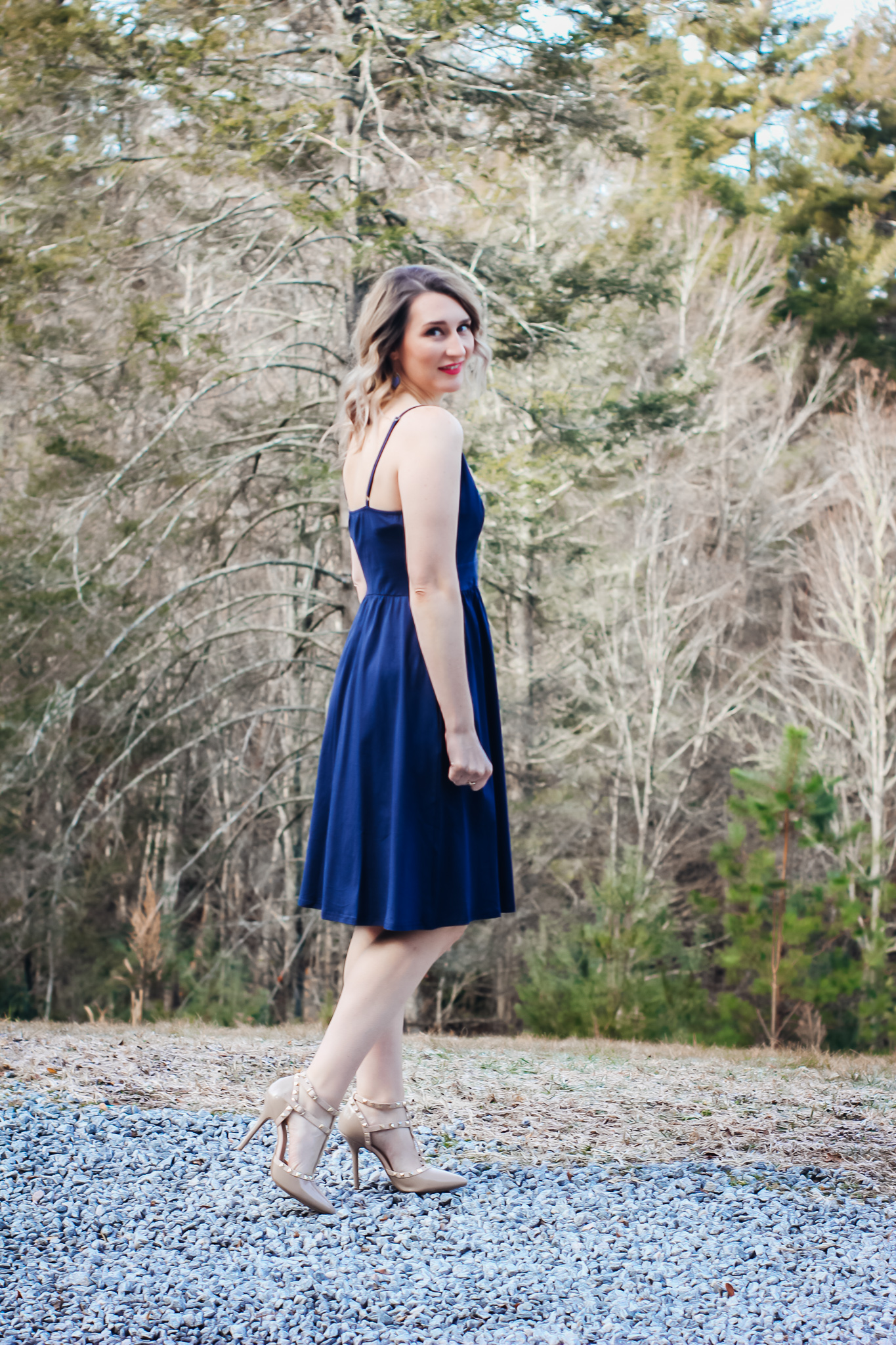 Laura Mintz, amazon affordable spring dress looking over shoulder in navy dress